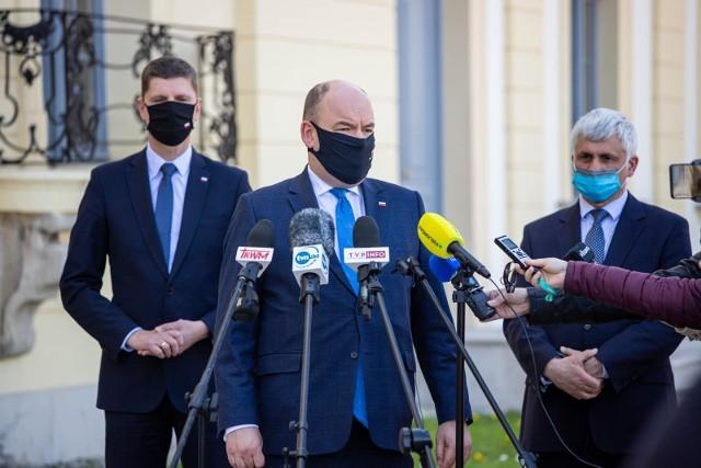 10-05-2021 Białystok Jan Dziedziczak, Dariusz Piontkowski i Bohdan Paszkowski podczas konferencji prasowej zapowiadającej utworzenie w Białymstoku Centrum Koordynacji Pomocy Polakom z Białorusi
