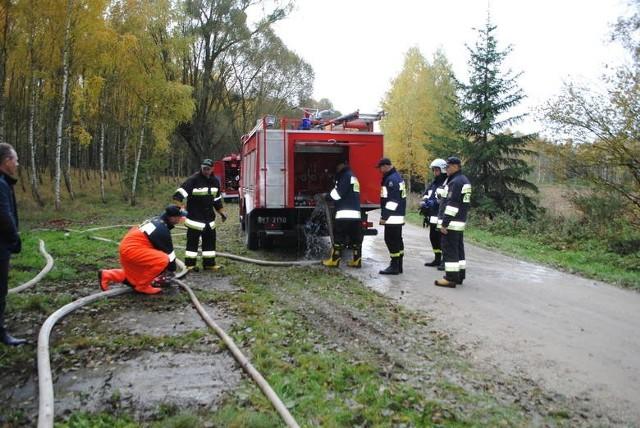Strażacy regularnie biorą udział w szkoleniach, by akcje ratownicze były jak najbardziej skuteczne i szybkie. Jednak często zagrożenia można po prostu uniknąć, jak np. tego związanego z wypalaniem traw. Jest ono zakazane