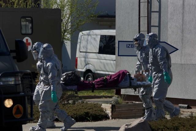 W centrum opieki długoterminowej Salus w Kaliszu zakażonych zostało kilkudziesięciu pacjentów oraz personel. Podopieczni placówki zostali ewakuowani wojskowymi karetkami do szpitala w Wolicy.Kolejne zdjęcie -->