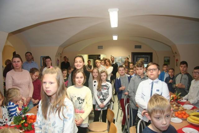 W sobotę (17 grudnia), o godz. 11.00, w Szkole Podstawowej nr 1 w Drezdenku odbyło się wigilijne spotkanie dla rodziców i dzieci należących do grup parafialnych: ministrantów, scholi, Eucharystycznego Ruchu Młodych.Organizatorem była Parafia Przemieniania Pańskiego.  Na wigilię przybyło ponad 130 osób. Wszystko rozpoczęło się odczytaniem Ewangelii o Bożym Narodzeniu. Następnie wspólnie odmówiono modlitwę i złożono życzenia. Tradycyjnym elementem wieczerzy było przełamanie się wszystkich opłatkiem. Nie zabrakło także pysznych potraw przygotowanych przez rodziców dzieci, kolęd i słodkości. Całe spotkanie przebiegło w niezwykłej, rodzinnej i wspólnotowej atmosferze.Przeczytaj również: http://www.gazetalubuska.pl/wiadomosci/zielona-gora/a/nauczyciele-sla-nam-wszystkim-swiateczna-piosenke-posluchaj,11612664/
