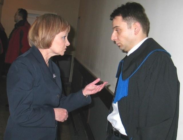 Wiesława Dec (po lewej) domaga się przywrócenia do pracy. Wczoraj odbyła się kolejna rozprawa.