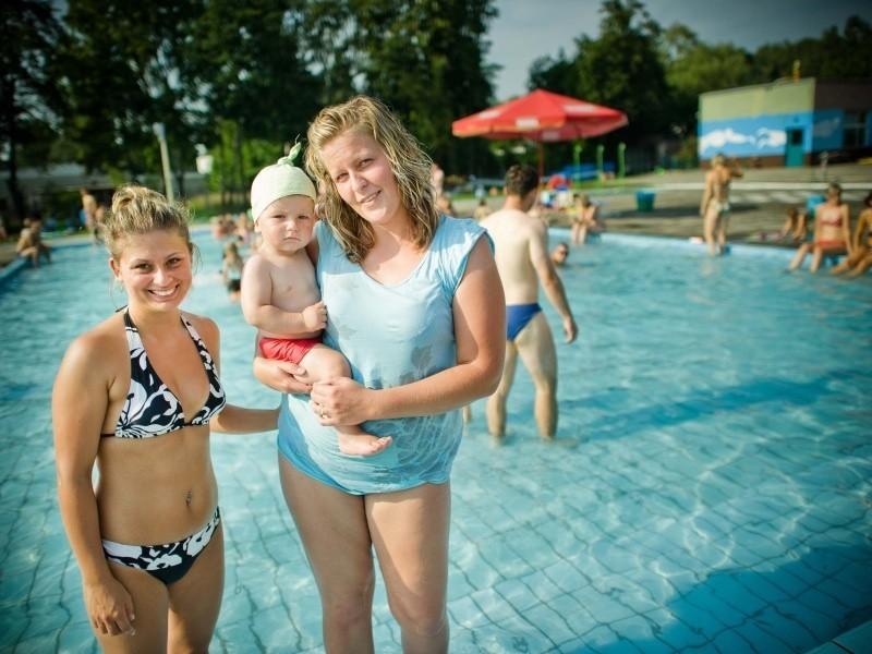 Daria Murzowska i Agnieszka Decowska chętnie korzystają z kąpieliska na Azotorze. - Ale fajnie by było, gdyby powstał tu park wodny z prawdziwego zdarzenia, bo ten obiekt jest przestarzały - mówią. (fot. Daniel Polak)