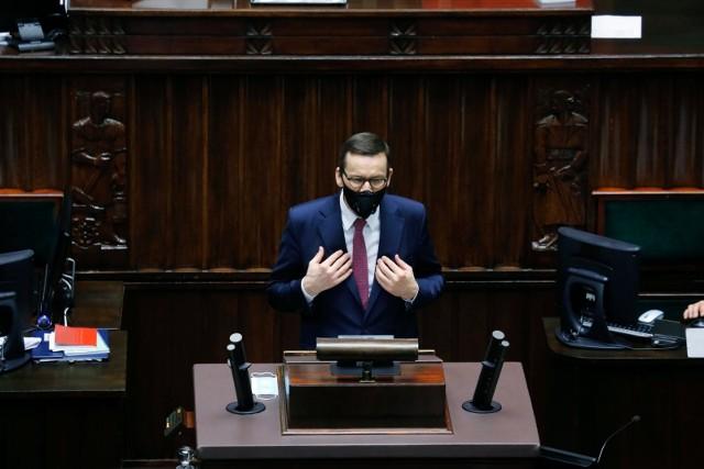 """Jak podkreślił premier Mateusz Morawiecki, """"naszym wielkim obowiązkiem jest zapewnić godne warunki życia ludziom walczącym w latach 1956 – 1989 o naszą wolność i niepodległość""""."""