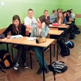 Uczniowie, którzy nie zmienią obuwia w szatni, chodzą w foliówkach...