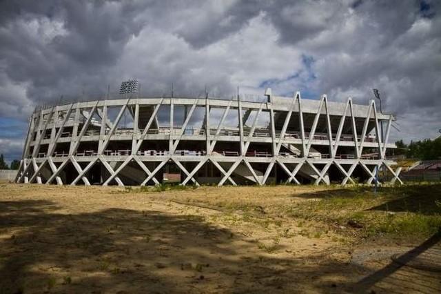 Po kilkunastu miesiącach opóźnienia znów ruszyły prace na stadionie