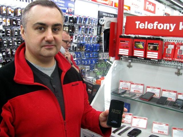 Trzy, cztery na dziesięć telefonów sprzedawanych w MediaMarkt Białystok to smartfony. Gwałtowny wzrost sprzedaży takich aparatów obserwujemy od połowy ubiegłego roku – mówi Artur Gacuta, kierownik sprzedaży w MediaMarkt Białystok