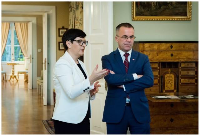 Iwona Stefaniak, dyrektor wareckiego muzeum oprowadziła wiceministra kultury Jarosława Sellina po wnętrzach obiektu.