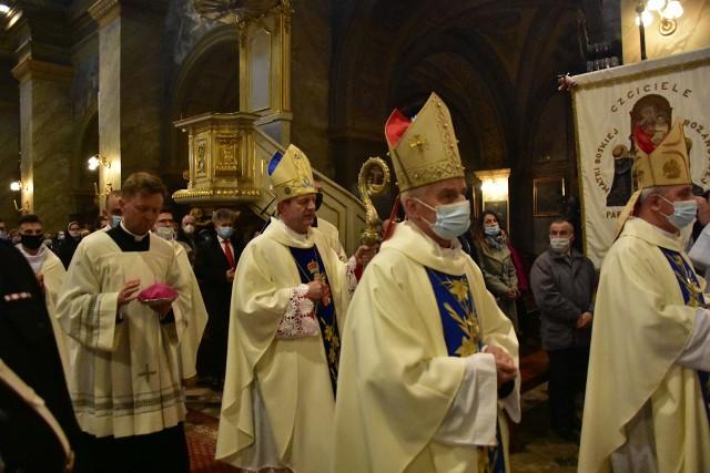 Uroczystej mszy świętej w Bazylice Katedralnej w Kielcach przewodniczył arcybiskup Tadeusz Wojda.