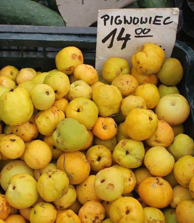 Na inowrocławskim targowisku owoce pigwy kupujemy obecnie płacą 14-15 zł za kilogram