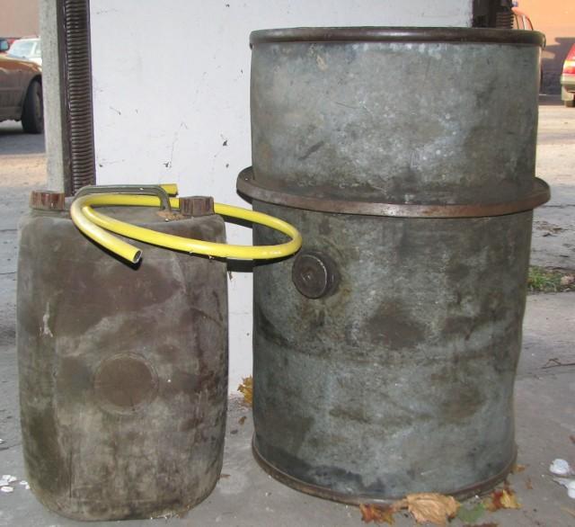 Złodzieje po sforsowaniu zabezpieczeń baków, przepompowywali paliwo do  kanistrów.