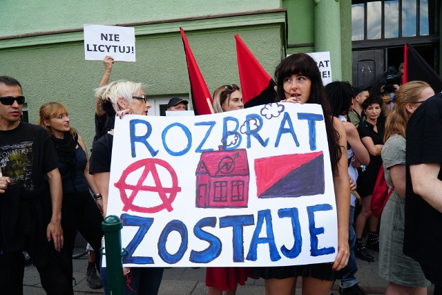 W poniedziałek 17 czerwca przy ul. Kochanowskiego pod kancelarią komornika Bartosza Guzika zgromadziło się kilkaset osób, które demonstrowały przeciwko licytacji terenu, na którym znajduje się skłot Rozbrat.