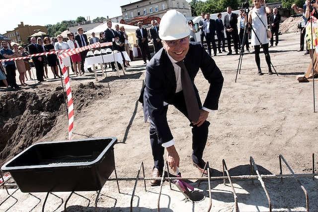 Rafał Jerzy, prezes spółki Immobile, chwycił za kielnię i wmurował akt erekcyjny w fundamenty biurowca.