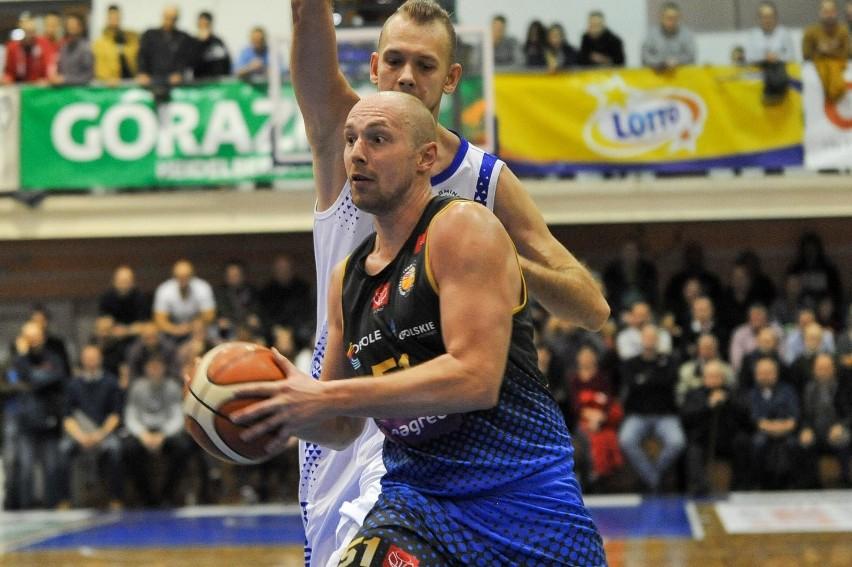 Koszykarze z Opola swój mecz wygrali, ci z Prudnika musieli przełożyć.
