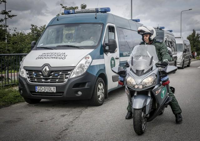 Już w przyszłym roku na polskich drogach pojawią się nowe radiowozy Generalnej Inspekcji Transportu Drogowego. Pojazdy wyposażone będą w specjalne kamery rozpoznające tablice rejestracyjne. Nowe auta posłużą GITD do kontroli uiszczania opłaty za drogi, czyli za przejazd autostradami i ciężarówek korzystających z systemu viaTOLL.Sprawdź na jakich zasadach będą działać nowe radiowozy------>