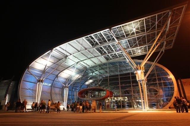 Tak wygląda nowa hala E Targów Kielce nocą. Wczoraj goście wychodzili zachwycenie zarówno nią jak i próbą generalną koncertu, który oficjalnie odbędzie się dziś wieczorem.