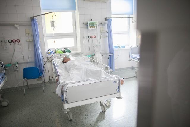 Kobietę przewieziono na toksykologię. Zatrucia opiatami w Łodzi zdarzają się bardzo rzadko. Również tak duże stężenie alkoholu u tak młodej kobiety nie jest codzienne. Czytaj na kolejnym slajdzie