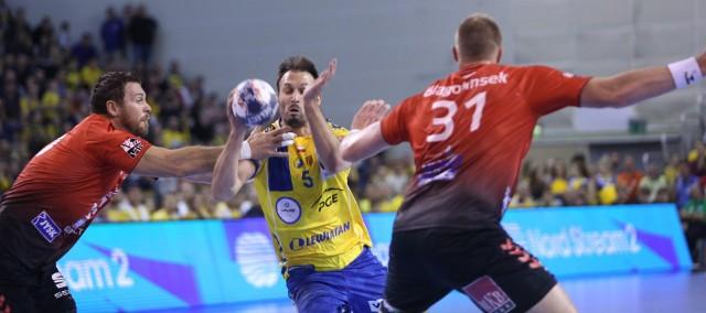 Ostatni raz w Kielcach obie ekipy spotkały się 2 listopada 2019 roku, gospodarze wygrali 34:33. Na zdjęciu z piłką Igor Karacić.