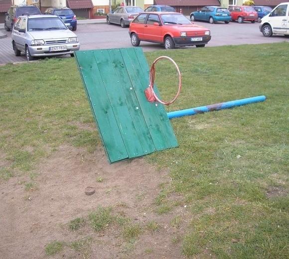Zdjęcie zniszczonego kosza przysłał nam pan Zbigniew. – Sprawca powinien ponieść koszty jego naprawy – mówi stargardzianin.