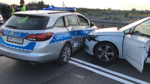 - Mężczyzna pomimo tego nie zatrzymał się i uderzył w policyjny radiowóz. Następnie policjanci, zachowując względy bezpieczeństwa podbiegli do pojazdu i wyciągnęli mężczyznę zza kierownicy - relacjonuje Jędrzej Panglisz z policji w Pile.