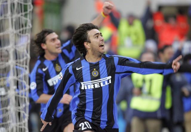 Alvaro Recoba pokazuje swym kibicom jak bardzo cieszy się ze zwycięskiego gola w niesamowitym meczu z Sampdorią Genua.