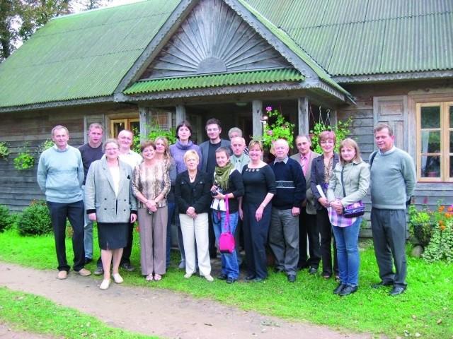 Towarzystwo Genealogiczne Ziemi Sokólskiej zaprasza do swojego grona nowe osoby. Na zdjęciu: uczestnicy spotkania w Hamulce.