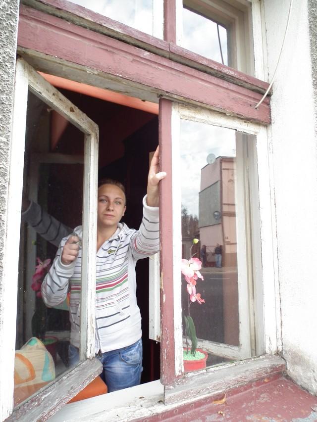 Stare oknaOkien u pani Pyzik nie wymieniano od 1967 roku. Miejski Zakład Usług Komunalnych (MZUK) zaproponował, by lokatorka wymieniła stolarkę okienną na koszt własny.