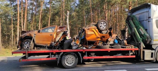 Do wypadku doszło w poniedziałek wczesnym rankiem. Samochód uderzył w drzewo z taką siłą, że pojazd rozerwany został na dwie części.