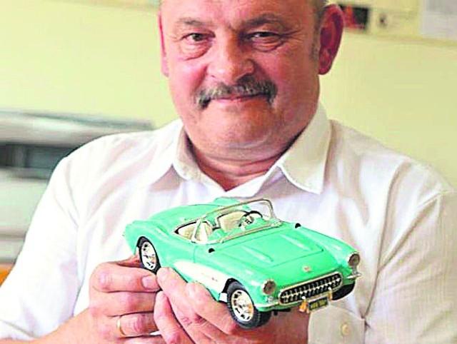 - To jest chevrolet corveta. Wszystkie amerykańskie samochody mają w sobie niespotykaną moc - wyjaśnia nam pan Lech Szmit.