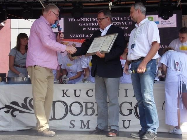 Witold Wróbel i Jan Babczyszyn przekazują Janowi Grabkowskiemu, staroście poznańskiemu certyfikat wpisu Bambrzoka na Listę Produktów Regionalnych