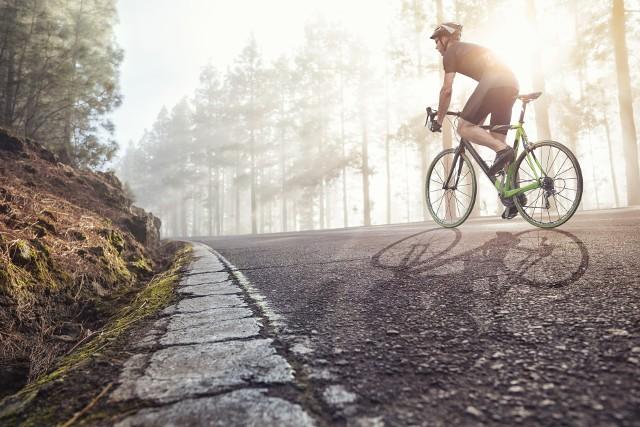 Policjant przejedzie na rowerze 700 km w cztery dni, by pomóc znajomemu i nagłośnić zbiórkę na jego rzecz. (zdjęcie archiwalne)