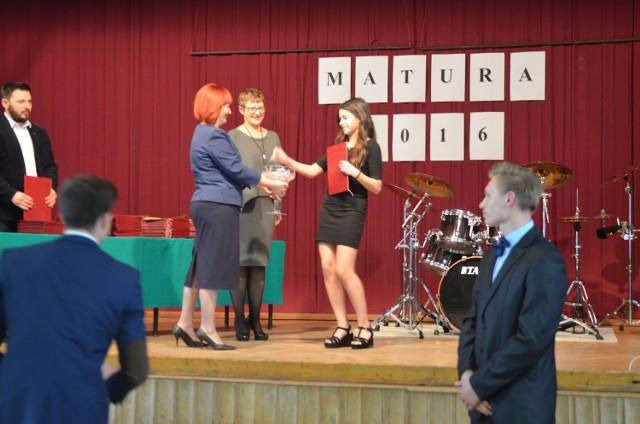 Świadectwa wręczyły na scenie szkolnej auli dyrektor Ewa Szmit i wicedyrektor Teresa Kostyszak.