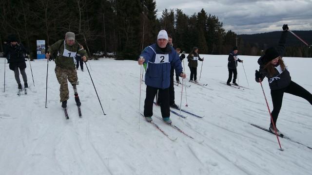 - Wejście na Jaworzynę Krynicką rozpoczęliśmy zielonym szlakiem. Końcowy etap około 700 metrów pokonaliśmy szlakiem czerwonym - opowiada Mariusz Grela, szef Rzeszowskich Zakładów Ortopedycznych i organizator wyprawy.