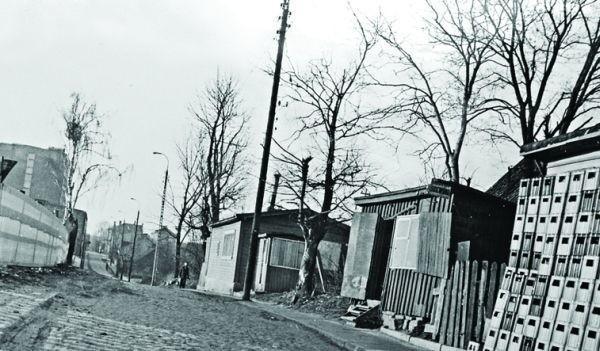 Ul. Starobojarska od Słonimskiej, w kierunku Kraszewskiego. Pierwsza budka była mechanika Żuka, który na początku lat 70. przeniósł się do pawilonu na Bema. Następna należała do szewca Złotoryńskiego. Za szewcem stoi barak, w którym była jadłodajnia z flakami i schabowym.