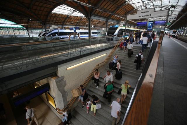 Urząd Transportu Kolejowego opublikował najnowszy raport o największych dworcach w Polsce. Oczywiście jest wśród nich Wrocław Główny. Okazało się, że nasz dworzec to miejsce o kluczowym znaczeniu w skali kraju. Wśród nieco gorszych informacji jest też taka, że podróżni jadący z Wrocławia Głównego lub kończący tutaj podróż muszą się liczyć z tym, że sporo pociągów jest opóźnionych. Mniej więcej co 10 skład...CZYTAJ WIĘCEJ WNIOSKÓW Z RAPORTU NA KOLEJNYCH SLAJDACH. SPRAWDŹ, GDZIE SIĘ PLASUJEMY W SKALI KRAJU - PRZEJDŹ DO KOLEJNYCH SLAJDÓW PRZY POMOCY STRZAŁEK LUB GESTÓW NA TELEFONIE