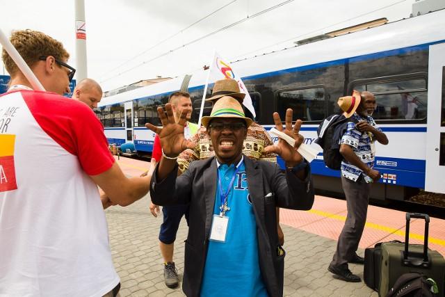 Pierwsi pielgrzymi z Afryki przyjechali już do Białegostoku. Na dworcu PKP witali ich wolontariusze.