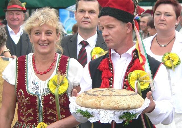 Honory starostów dożynek w Opatowcu pełnili Halina Pituła i Robert Kasperek.