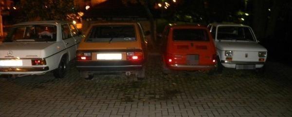 Osiedle Bukowe w Szczecinie. Jeden z parkingów zajętych przez stare auta.