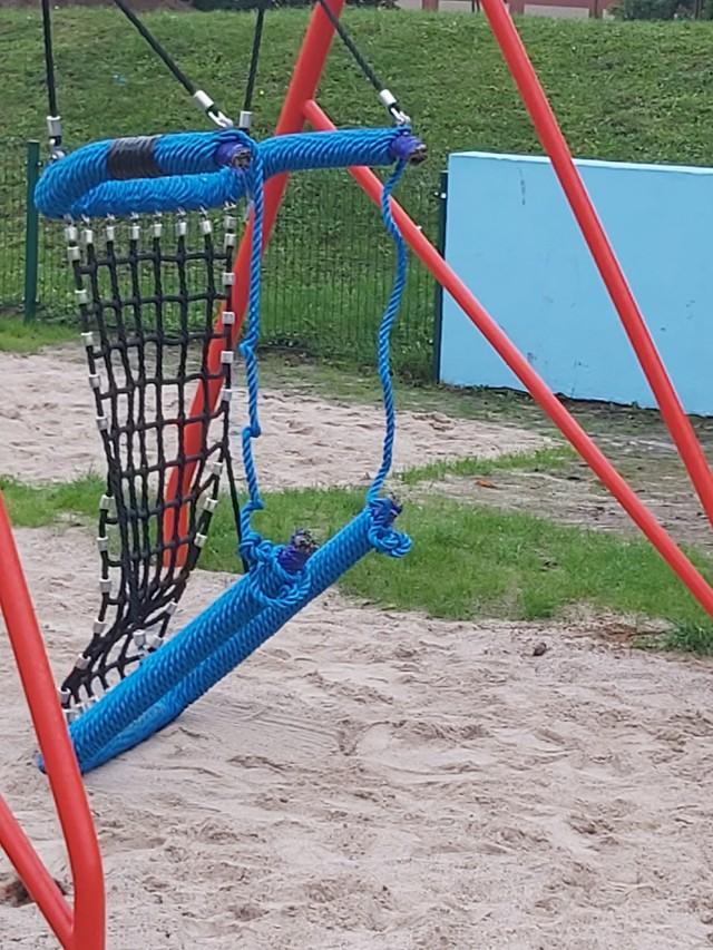 Nowy plac zabaw przy szkole kosztował 133 tys. zł. Młodzi wandale zniszczyli tu huśtawkę jeszcze przed jego oddaniem do użytku