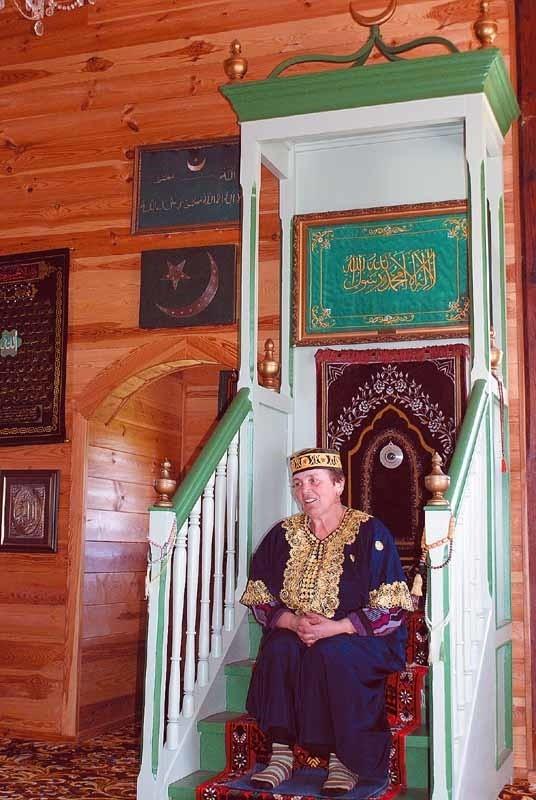 Eugenia Radkiewicz (na zdjęciu) oprowadza turystów po...