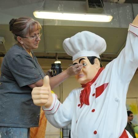 """Żeby """"dopieścić"""" taki odlew kucharza, trzeba mieć zdolności artystyczne. Na zdjęciu: Krystyna Kowalska z firmy Malpol pracuje nad swoim dziełem."""