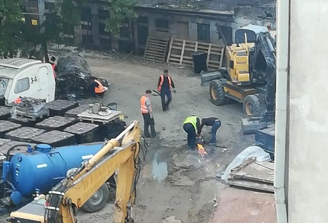 Kwitnący proceder kradzieży miedzi z placu budowy zauważyli okoliczni mieszkańcy. Zrobili kilka zdjęć i filmów.