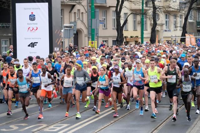 Odbywający się w niedzielę półmaraton spowodował utrudnienia w ruchu w wielu miejscach Poznania.