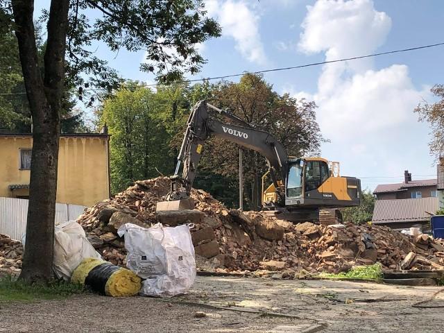 Burzenie budynków starego szpitala w Wadowicach