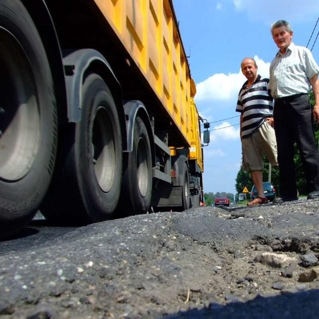 - Przez ciężarówki pędzące po dziurach pod naszymi oknami nie dało się żyć - mówią Józef Cichoń (z lewej) i Paweł Rządeczko. - Nawet ściany domów zaczęły już pękać.