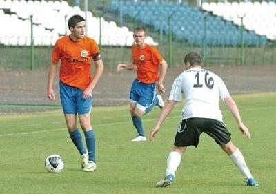 Michał Nawrot (przy piłce) zdobył wyrównującego gola dla Hutnika FOT. Michał Klag