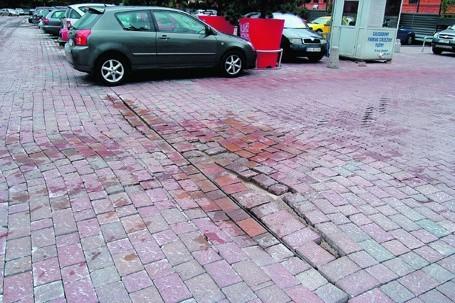 """Kostka brukowa na dachu parkingu Manufaktury znowu się """"rozjeżdża"""". Na razie będzie naprawiana doraźnie, a za rok parking czeka generalny remont."""