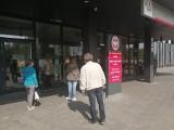 Zdezorientowani petenci przed skarbówką. Myśleli, że urząd przy ul. Chłapowskiego w Poznaniu jest otwarty [ZDJĘCIA]