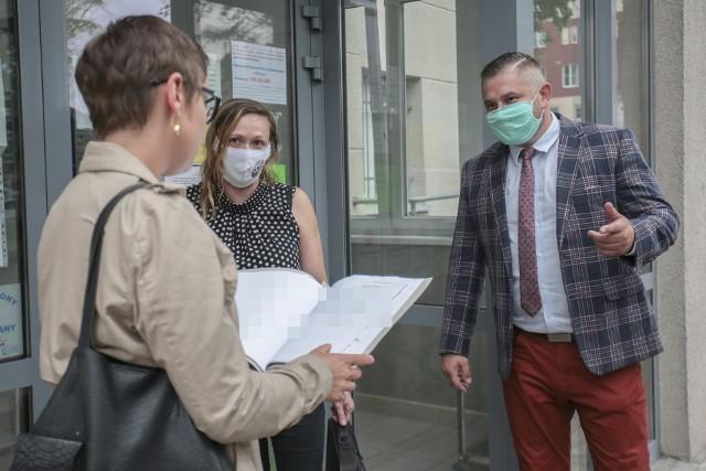 Posiedzenie aresztowe odbyło się wszpitalu psychiatrycznym. Przed wejściem doszpitala: prokurator Aleksandra Pryputniewicz, sędzia Joanna Hetnarowicz-Sikora, adwokat Dawid Jach.