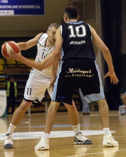 Koszykarze MOSiR zrobili krok w stronę zajęcia wysokiej pozycji przed fazą play-off, a przy okazji pomogli Sokołowi Łańcut w walce o utrzymanie miejsca w ósemce. Nz. w akcji Piotr Pluta.