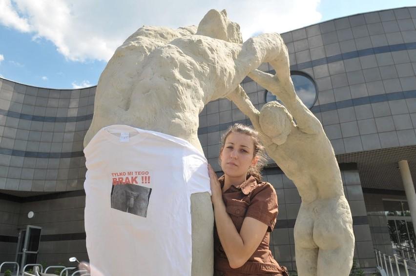 Artystka ze swoją rzeźbą i prezentem od prezydenta Zielonej Góry